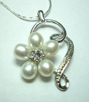 Noble Pearl Flower Pendant Necklace White - Free Shipping