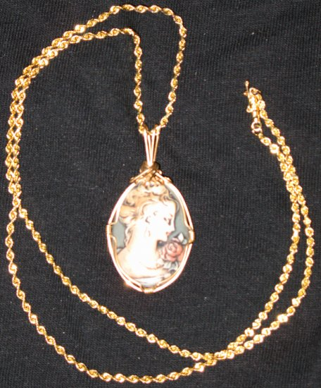Elegant Cameo of Victorian Rose Woman w/14kt gold chain