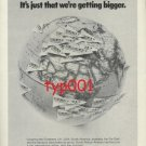 SAA SOUTH AFRICAN AIRWAYS - 1975 - WORLD'S NOT SMALLER WE'RE BIGGER PRINT AD