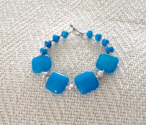 FREE SHIPPING Stunning capri blue jade bracalet Gorgeous color