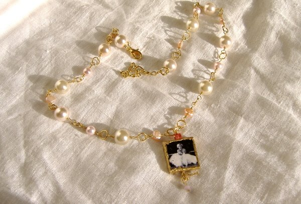 FREE SHIPPING Marilyn Monroe charm necklace with pearls