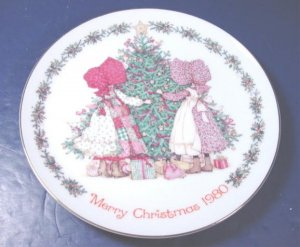 1980 MERRY CHRISTMAS HOLLY HOBBIE COLLECTOR PLATE PORCELAIN CHINA DISH, HOLIDAY TREE, GIFTS, GIRLS