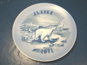 ALASKA 1971 POLAR BEARS COLLECTOR PLATE VILETTA�S ARTS LIMITED EDITION, BLUE WHITE, BEAR AND CUBS