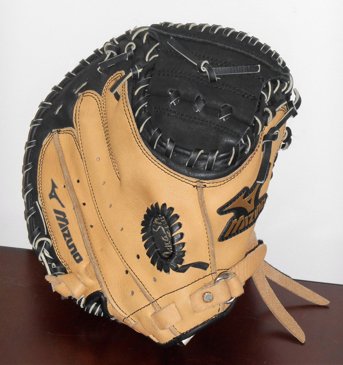 Mizuno Model GXC 105 Right Handed Youth Catcher's Mitt 32.50 Inch Baseball Glove