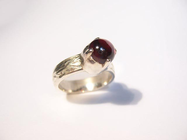 Garnet w/engraved band
