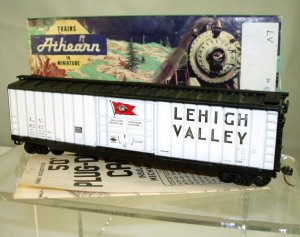 Athearn  HO Scale  LV  50FT.  Ribbed-Side  Plug-Door Box Car#L.V.8247