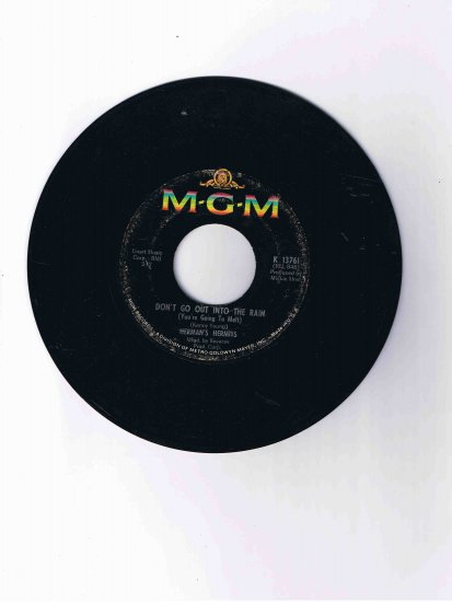 """Herman's Hermits 45 rpm single, """"Don't Go Out into the Rain"""" / """"Moonshine Man"""""""