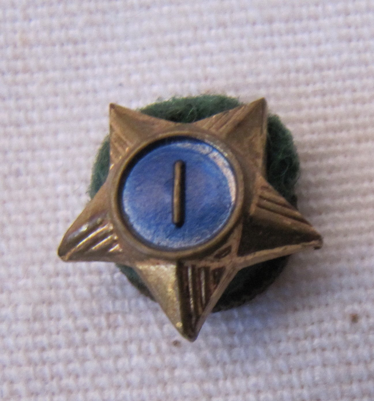 Vintage Cub Scout Service Star Pin Year 1 Blue Center Felt Mounted 1/2 Inch