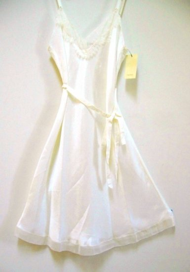 A0424 VERA WANG LINGERIE VANILLA SATIN SHORT GOWN W217911, SIZE MEDIUM