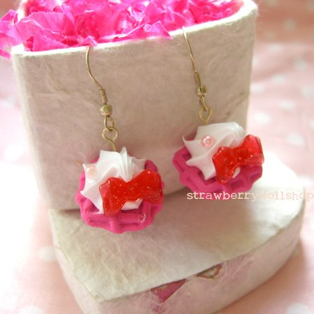Cream waffle earrings [pink waffle, red ribbon]