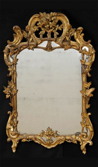 Carved giltwood mirror with parcloses