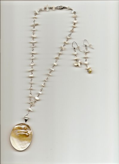 Pearl Shell Pendent Necklace