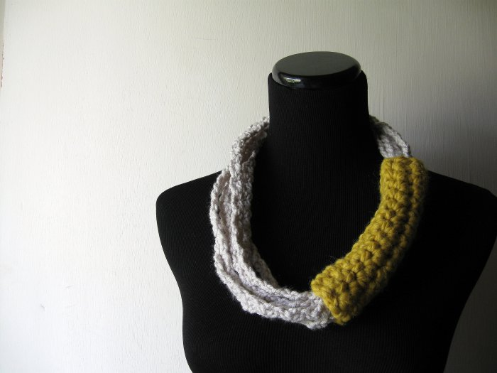 neck loops in gray and citron yellow.