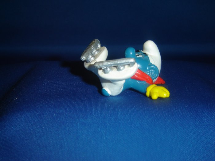 Vintage 1980 Ice Skater Smurf Skating WIth Yellow Gloves And Red Scarf  20121 Schleich PVC