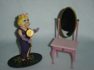 Jim Hensons Muppet Show Palisades MISS PIGGY Moveable Action Figure W Mirror And Dressing Room Table