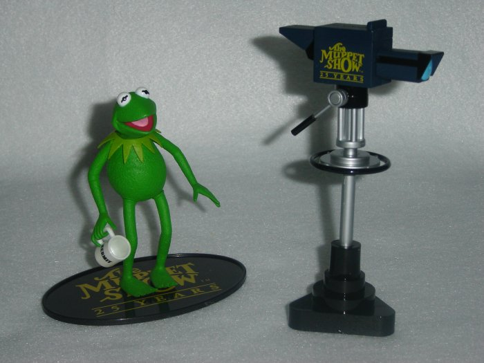 Jim Hensons Muppet Show Palisades KERMIT THE FROG Moveable Action Figure W TV Camera Coffee Mug Cup