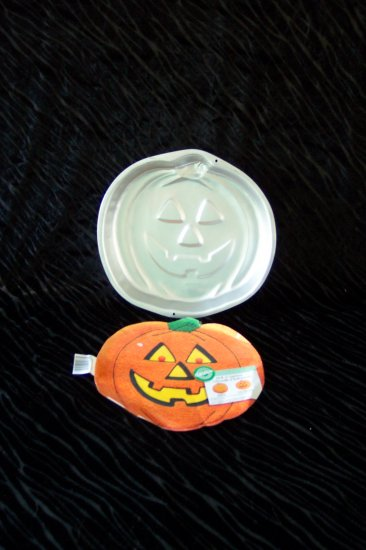 Jack - O - Lantern Cake Pan --  by Wilton -- 502-9414 -- 1987 *