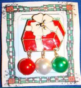 Christmas PIN #0151 VTG Red & White Gift Package w/White Bow & 3 Balls Dangling