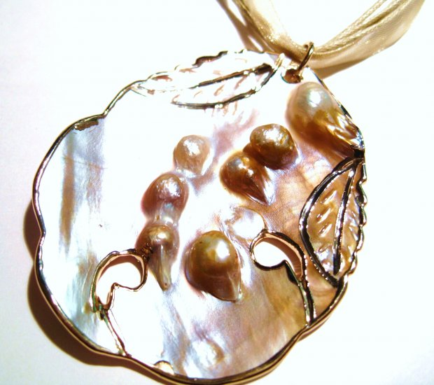 Clustered Pearls Shell Pendant Necklace NP53