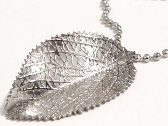 "Exquisite Stainless Steel Jagged Leaf Pendant with 20"" SS Ball Chain SSP4062"