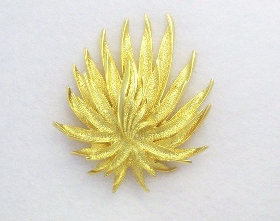 Finesse Gold Brooch Women's Retro Costume Jewelry Leaf Pin
