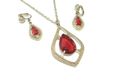 Scarlet Red Teardrop Pendant Necklace Earrings Glass Gold Sarah Coventry 70s vintage Jewelry Set