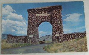 VINTAGE POSTCARD Yellowstone,Teddy Roosevelt Arch