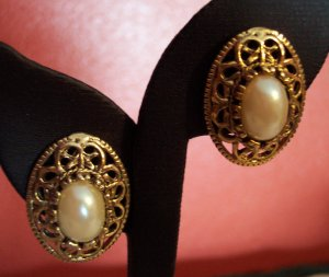 VINTAGE Oval Faux Pearl Cabachon PIERCED Goldtone EARRINGS Costume Jewelry 01ear