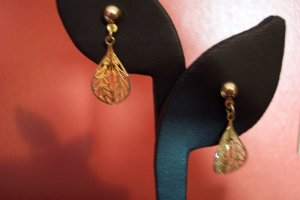 VINTAGE Goldtone PIERCED FILIGREE Drop EARRINGS Costume Jewelry 04ear
