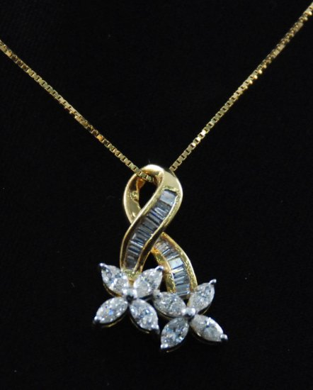 Double Four Leaf Flower Diamond Pendant 18K Necklace