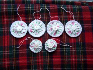 6 Vintage Roses Fabric Yo yo Penny Rug Easter Christmas Tree Ornaments Pink Cottage Rose