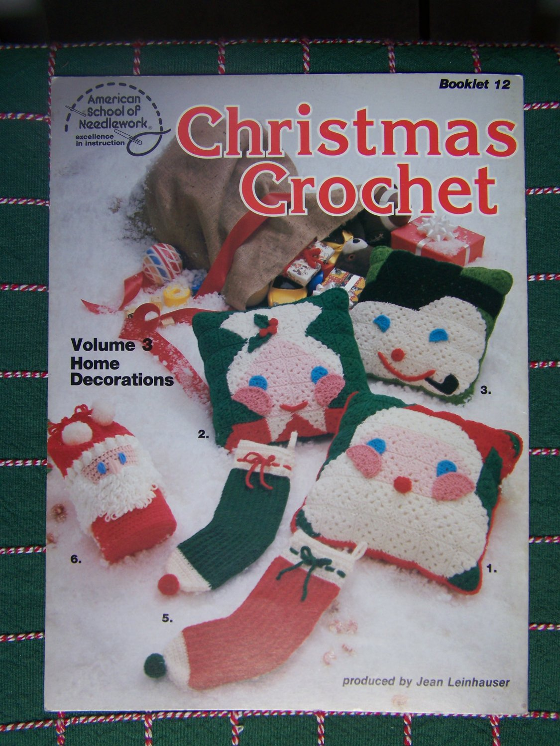 USA Free Shipping 1970's Vintage Christmas Crochet Patterns Book