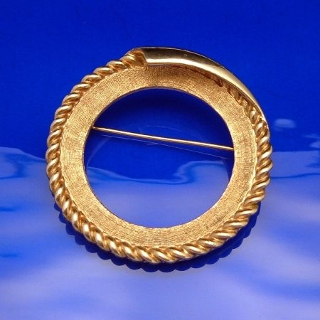 CORO PEGASUS Vintage Brooch Pin Circle Wreath Matte Goldtone