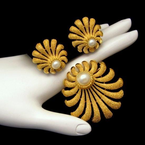 CROWN TRIFARI Vintage Matte Shell Faux Pearls Brooch Pin Earrings Set