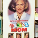 SERIAL MOM VHS MOVIE STARRING KATHLEEN TURNER SAM WATERSTON BLACK COMEDY (B43)