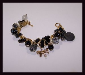 Knitted wire and glass beads bracelet