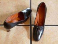 VTG. BLACK DISTRESSED LEATHER WOOD HEEL DRESS SHOES