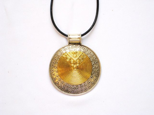 AQ009       Round Sterling Silver Pendant with Gold Inset