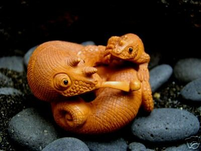 """CHAMELEON LIZARD ANOLE & BABY CARVED PEACH TREE WOOD 2""""  FREE GIFT SILK BAG"""