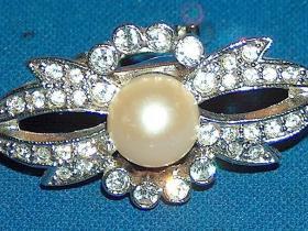 faux Pearl and Rhinestone on silvertone scarf clip