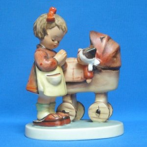 """HUMMEL """"DOLL MOTHER"""" FIGURINE - MOLD 67 - TMK3 - 4.5 INCHES"""