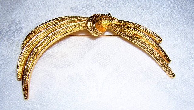 Monet textured gold tone pin brooch tied grasses as new ll1967