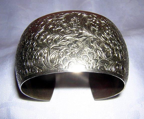 Wide silvertone cuff bracelet embossed vintage gorgeous ll1917