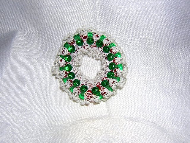 Christmas wreath pin brooch lace and beads handmade vintage ll1996