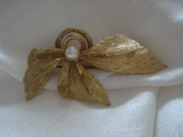 BSK mid century pearl and gold tone pin or brooch 3 leaves ll1238