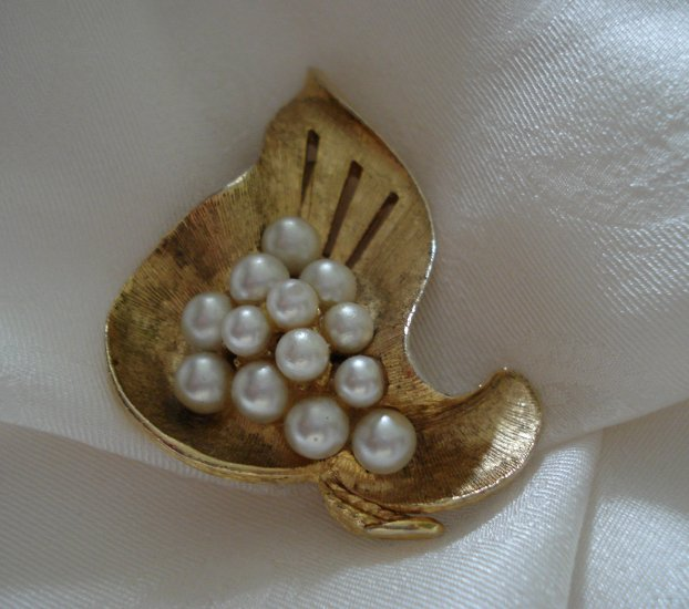 Vintage gold tone grape leaf pin brooch faux pearl cluster center mid century ll1246