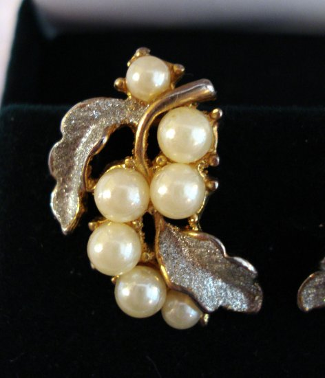 Faux pearls on frosted silver leaves earrings clip backs mid century vintage jewelry ll1256