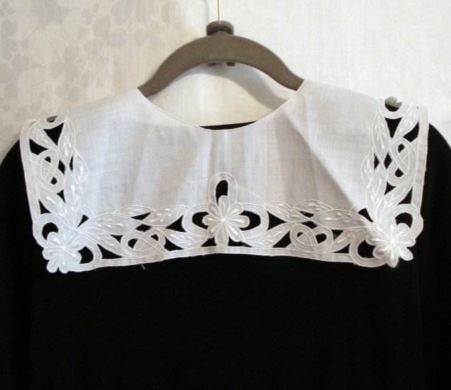 Satin stitched embroidered cutwork white collar unused vintage ll2277