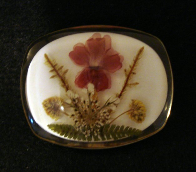 Dried flowers encased in lucite pin brooch perfect vintage ll2281
