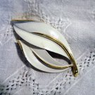 Sarah Coventry 2 leaf pin brooch white enamel on gold tone vintage ll2458